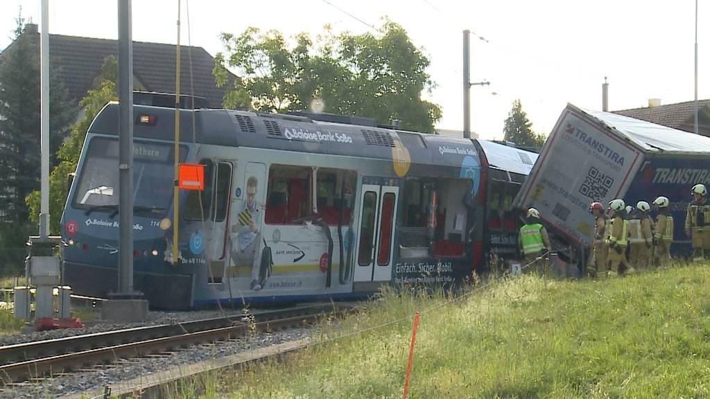 Unfall im Oberaargau: Regionalbahn «Bipperlisi» mit Sattelschlepper kollidiert