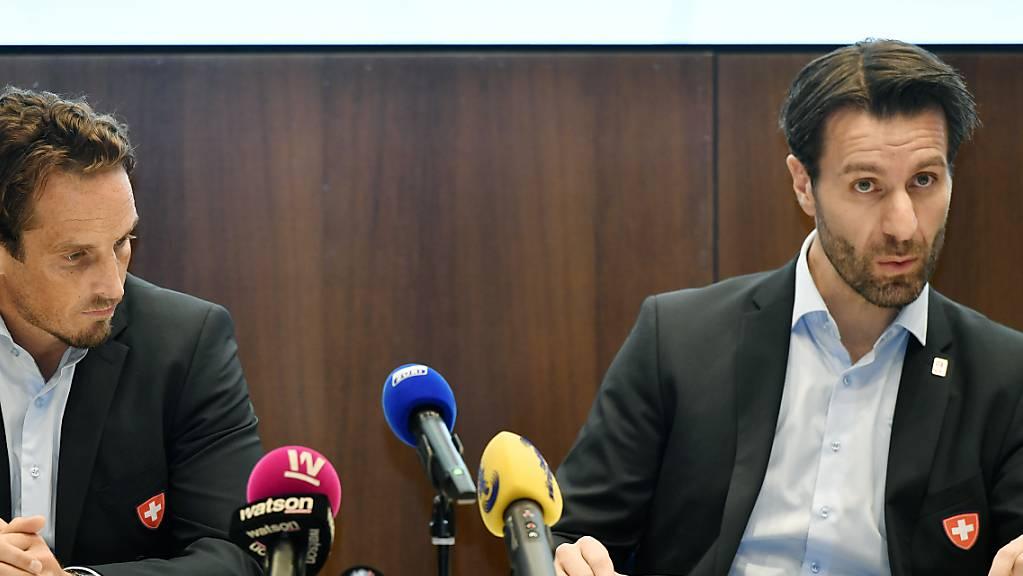 Nationaltrainer Patrick Fischer (links) und Nationalmannschaftsdirektor Lars Weibel anlässlich der Bekanntgabe der Vertragsverlängerung von Fischer.