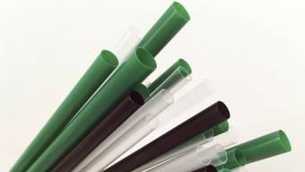 Plastik-Strohhalme bleiben in der Schweiz erlaubt. Der Bundesrat plant zurzeit kein Verbot analog zur EU. (Archiv)
