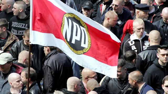 NPD-Mitglieder mit Fahne: Die Partei soll verboten werden (Archiv)