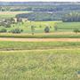 Hier (blau markiert) kommt das neue Reservoir zu stehen. Im Hintergrund Anwil, rechts das alte Ammeler Reservoir.
