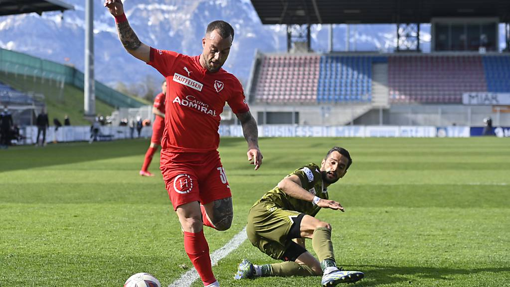 Sion am Boden: Ayoub Abdellaoui im Zweikampf mit dem Vaduzer Gabriel Lüchinger.