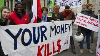 Kritiker demonstrieren in Zug gegen umstrittene Fusion von Glencore und Xsrtata