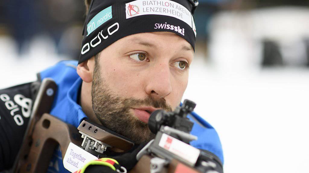 Der Schweizer Biathlet Serafin Wiestner  nimmt das Gewehr in den Anschlag