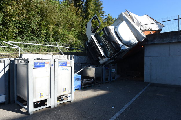 Der führerlose Lastwagen durchbrach einen Zaun, bevor er eine rund zwei Meter hohe Mauer hinunterstürzte und schliesslich gegen ein Trafohäuschen prallte