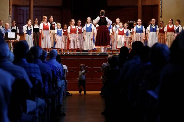 Konzert des Solothurner Mädchenchors in Trachten