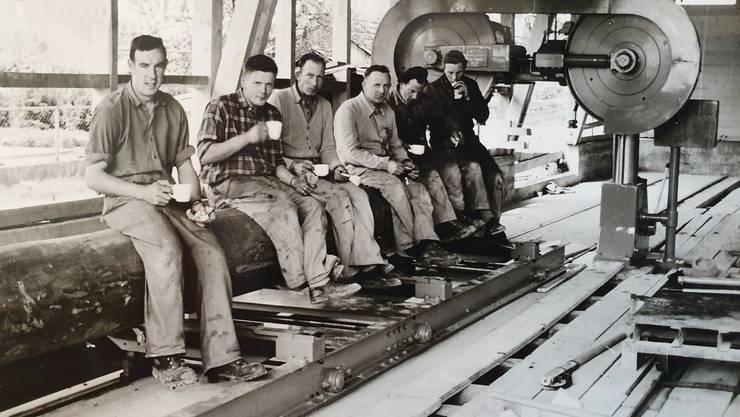 Historische Bilder von Späti Holzbau in Bellach: Blockbandsäge, 11. Mai 1957, Johann Späti-Adam (3.v.r)