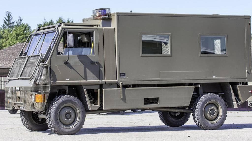 Armee-Angehörige bauen Selbstunfall mit Militär-Duro