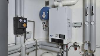 Klein, aber wirkungsvoll: Heizungsregler rechts vom Gasheizkessel.
