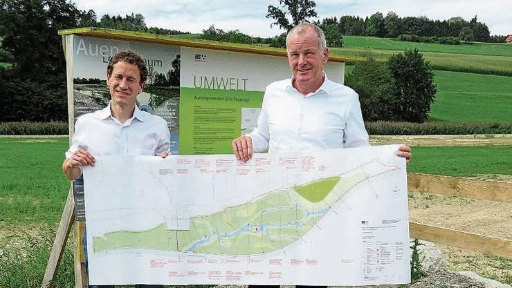 Matthias Betsche (Pro Natura) und Regierungsrat Stephan Attiger zeigen den Plan des Reussegger Auenschutzgebiets.