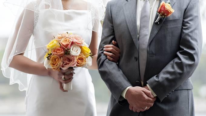 Ein Hochzeitspaar weiss von Corona-positivem Gast – und feiert dennoch mit 200 Personen. (Symbolbild)