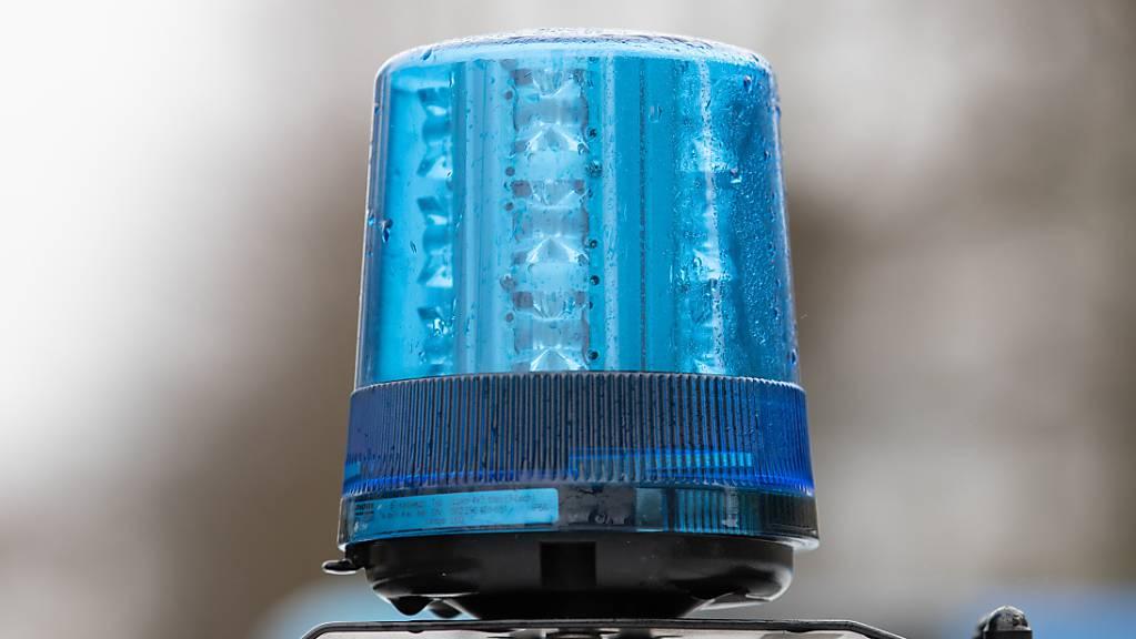 Das Blaulicht eines Polizei-Einsatzwagens. (Archivbild) Foto: Friso Gentsch/dpa