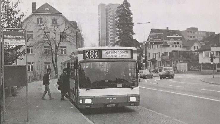 Seit 1. Dezember 1957 fahren die Busse von Schlieren nach Dietikon. Davor war Schönenwerd Endstation. Das Foto stammt aus den 1990er-Jahren. Die Schönenwerd-Kreuzung (Hintergrund) wird derzeit bis Herbst 2018 ausgebaut.