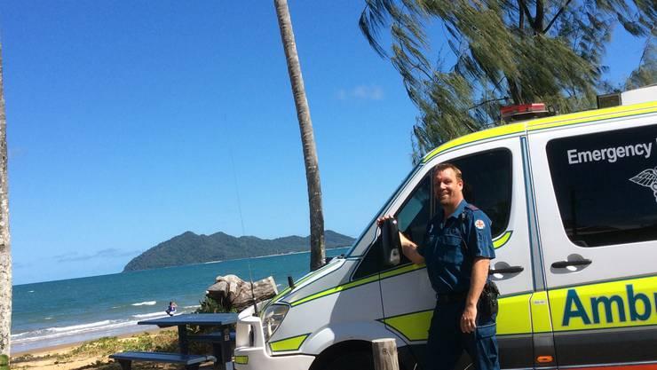 Christian Schönenberger arbeitet als Rettungssanitäter. Hier posiert er vor dem Ambulanz-Fahrzeug.