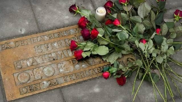 Niedergelegte Rosen am Ort des Attentats