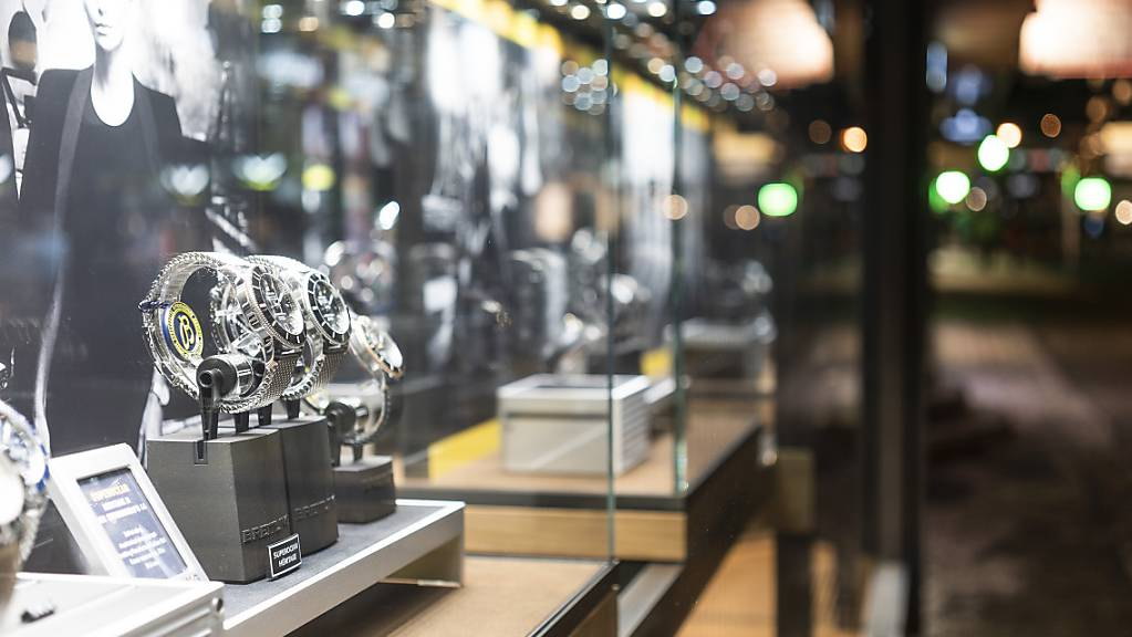 Die Ausfuhren von Schweizer Uhren haben im März im Vergleich zum Vorjahr deutlich zugenommen. Insgesamt beliefen sich die Uhrenexporte auf 1,87 Milliarden Franken. Das ist mehr als vor der Coronapandemie. (Archivbild)