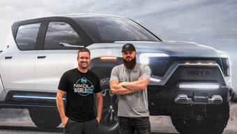 Nikola-Chef Trevor Milton (links) vor dem Pick-up Badger, den GM nun produzieren wird.