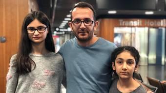 Journalist Mustafa Mamay mit Pelin (13, links) und Dicle (13, rechts).