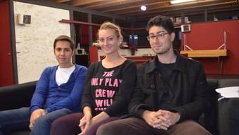 Ruben Pais (l.) und Joya Kirchhofer setzen sich für die Stelle des Praktikanten (hier Mani Hamzavi-Louyeh, r.) ein.