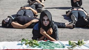 Regierungskritische Demonstranten inszenieren in Beirut eine symbolische Beerdigung des Libanon.