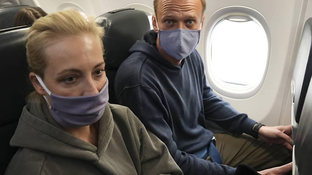 ARCHIV - Kremlgegner Alexej Nawalny vor seiner Verhaftung mit Ehefrau Julia während eines Flugs nach Moskau. Foto: Mstyslav Chernov/AP/dpa