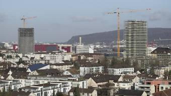 Pratteln hat die Vorreiterrolle übernommen: Zwei Hochhäuser befinden sich in Bau (links der Aquila-, rechts der Helvetia-Turm), ein drittes soll folgen.