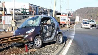 Lastwagen übersehen und auf dem Bahntrassee gelandet: zwei Verletzte