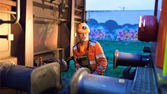Die Technologie nagt an seinem Job: Rangierarbeiter in Schwerzenbach ZH. Keystone/Gaetan Bally