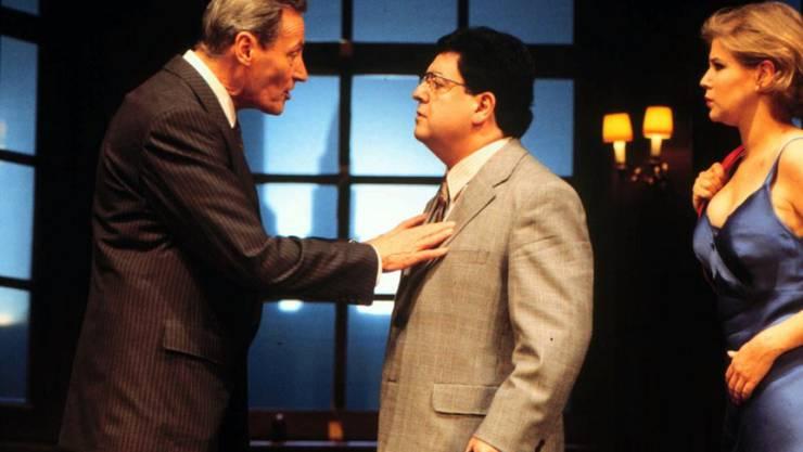 """Peter Arens (links) 1996 in der Silvesterpremiere von """"Ausser Kontrolle"""" am Zürcher Schauspielhaus. (Archivbild)"""