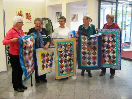 Die Landfrauen Effingen präsentieren im Alterszentrum Bruggbach die unter Anleitung von Silvia Schaffner (rechts aussen) selbstgefertigten Patchworkdecken.