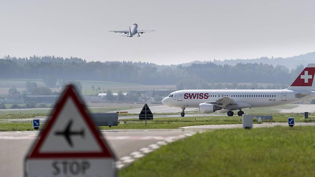 Es läuft wieder etwas am Zürcher Flughafen: eine Maschine der Swiss auf der Startbahn (Bild vom Juli 2021).