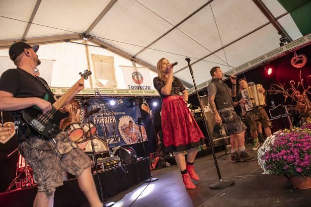 Die deutsche Oktoberfest-Band Freibier heizt dem Publikum mit traditionellen Liedern ein.