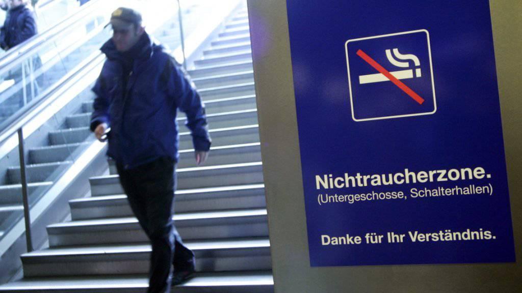 Die SBB erwägen ein Rauchverbot in allen Schweizer Bahnhöfen. (Archiv)