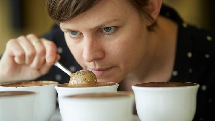 Beatrice Rast schiebt den Löffel im Kaffee hin und her, bis die «Kruste», so der Fachbegriff, gebrochen ist. Dabei nimmt ihre Nase zahlreiche Aromen wahr.