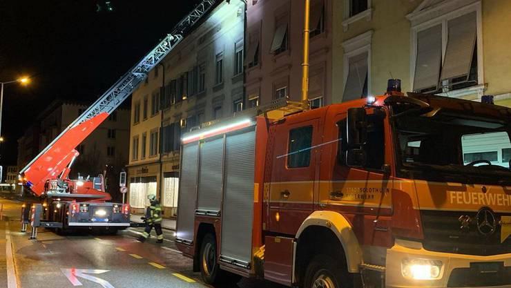 In der Nacht auf Dienstag geriet der Dachstock eines Mehrfamilienhauses an der Bielstrasse in Solothurn in Brand.