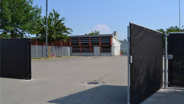 Asylzentrum Bremgarten: Zusätzliche Einzäunung mit Sichtschutz montiert.sl