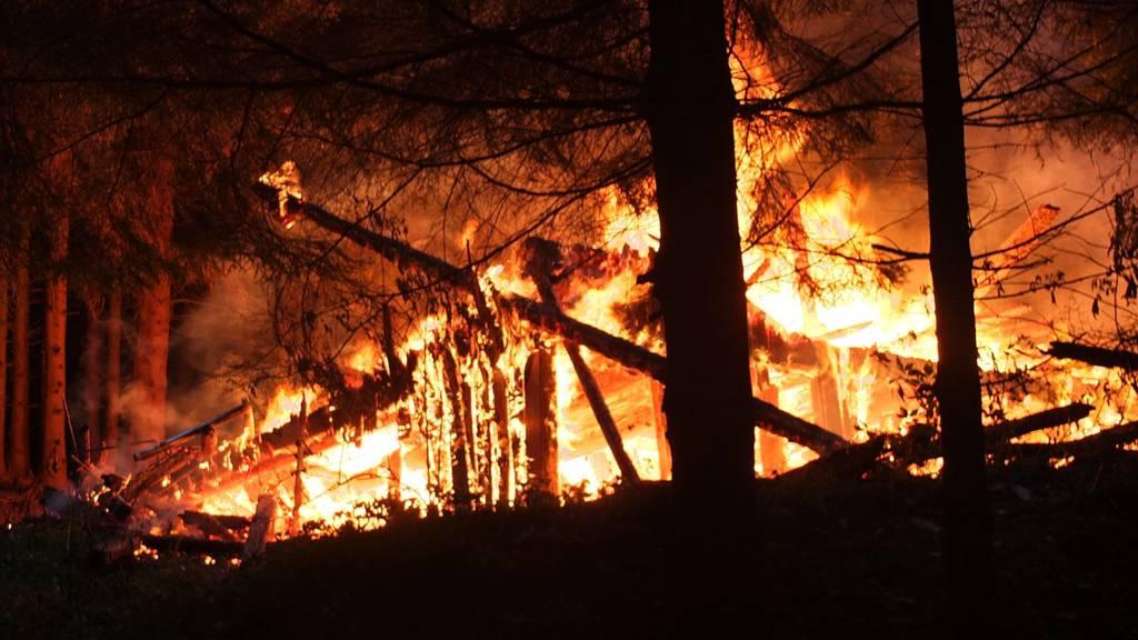 Die Scheune im Sackhueb bei Degersheim ist vollständig abgebrannt.