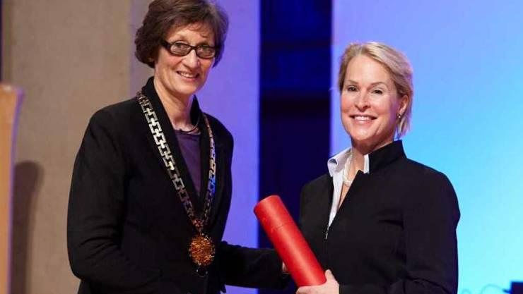 Chemie-Nobelpreisträgerin Frances Arnold (rechts) 2015 bei der Entgegennahme der Ehrendoktorwürden der ETH Zürich. Links ETH-Rektorin Prof. Dr. Sarah Springman.