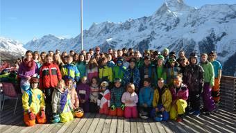 Gute Stimmung trotz Schneemangel bei Kindern und Leitern im Schneesportlager auf der Lauchernalp.