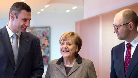 Angela Merkel begrüsst Vitali Klitschko (l) und Arseni Jazenjuk