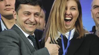 Der Komiker Wolodymyr Selenskyj hat laut Nachwahlbefragungen die Stichwahl um das Präsidentenamt klar mit 73 Prozent gewonnen. Der bisherige Amtsinhaber Petro Poroschenko kam demnach auf 25 Prozent der Stimmen.