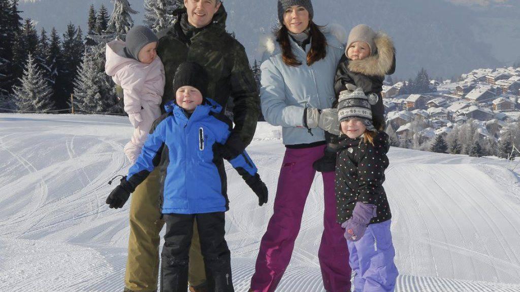 Der dänische Kronprinz Frederik (hier mit Ehefrau Mary und den Kindern in den Winterferien in Verbier) wills wissen: Er startet am härtesten Skirennen der Welt. (Archiv)