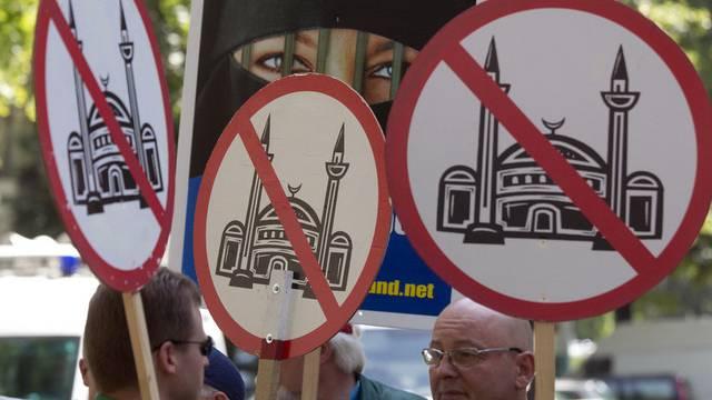 Mitglieder der Partei Pro Deutschland demonstrieren in Berlin