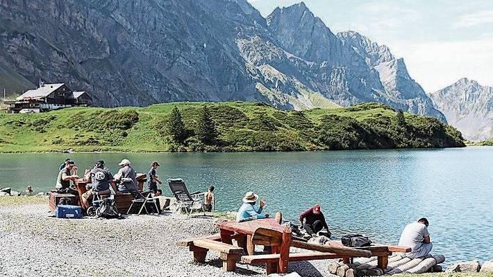 Am Ufer des Trübsees lädt eine grosse Grillstation zum Bräteln und Geniessen ein.