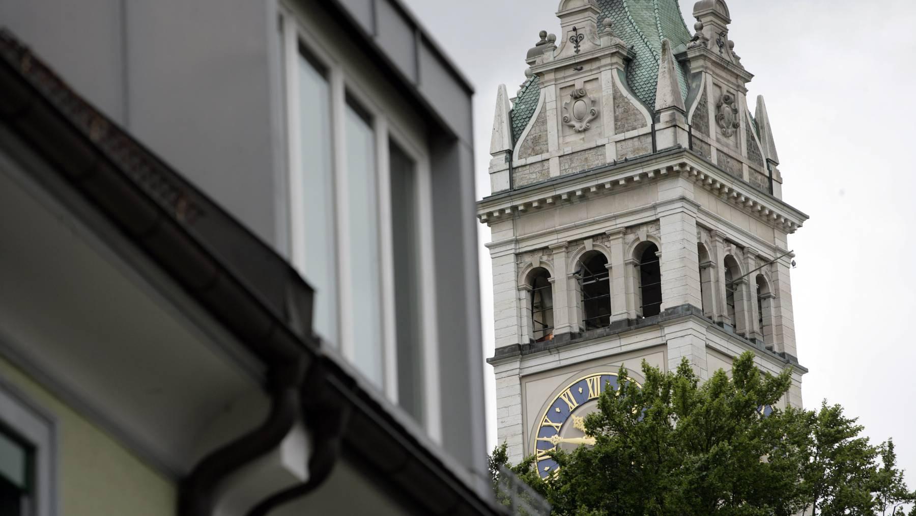 Kein Glockenschlag bis September: Die Uhren der Linsebühl-Kirche stehen still.