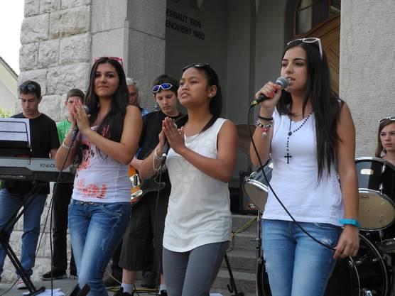 Zum Hit Waka Waka von Sharika tanzten die Sängerinnen mit