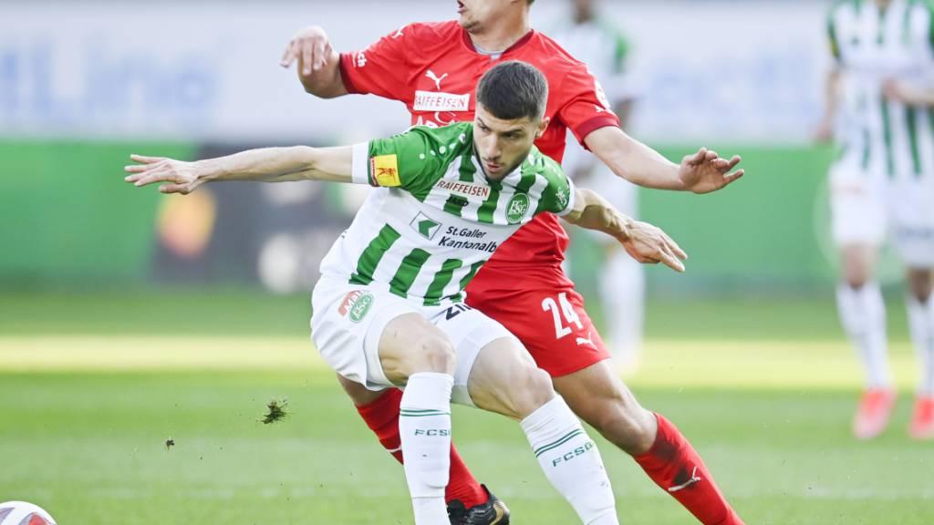 Hart umkämpftes Duell des Ostens: St. Gallens Leonidas Stergiou( (vorne) gegen den Vaduz'er Cedric Gasser