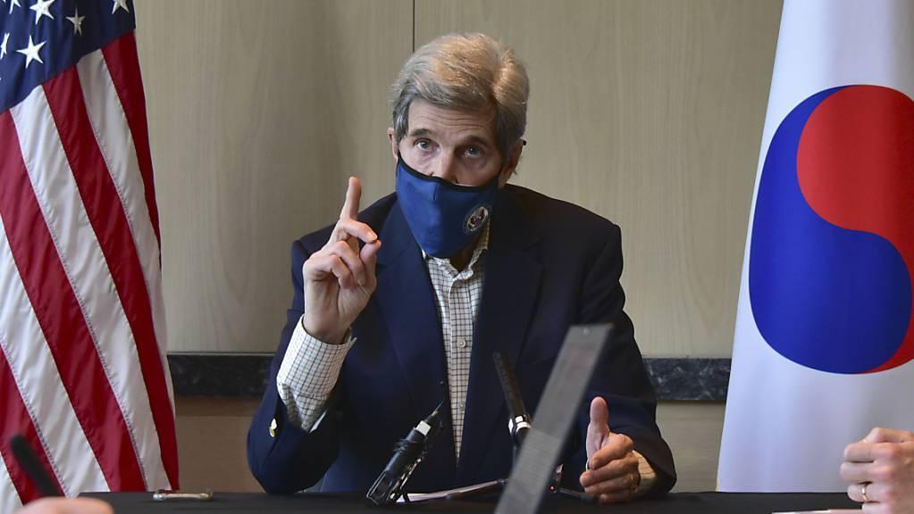 John Kerry, Klima-Sonderbeauftragte der USA, spricht während eines Treffens am runden Tisch.
