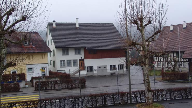 Das Bauernhaus Birmensdorferstrasse 104 (Mitte) prägt mit anderen Bauten Oberurdorf sehr stark.fuo