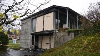 Der Tag nach dem Brand: Bretterwände prangen nun dort, wo einst eine Fensterfront war.